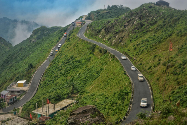 Hairpin-Bend-Road-on-the-way-to-Darjeeling-from-Bagdogra